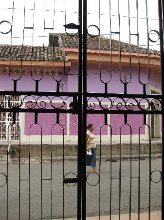Hotel La Pergola: street from bar
