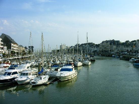 """Hotel le Mondes : Le port du POULIGUEN à 50m du """"MONDES"""""""