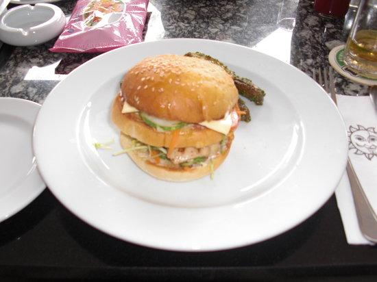 Sun Cafe: オーダーしたハンバーガー;大きいけど美味しい