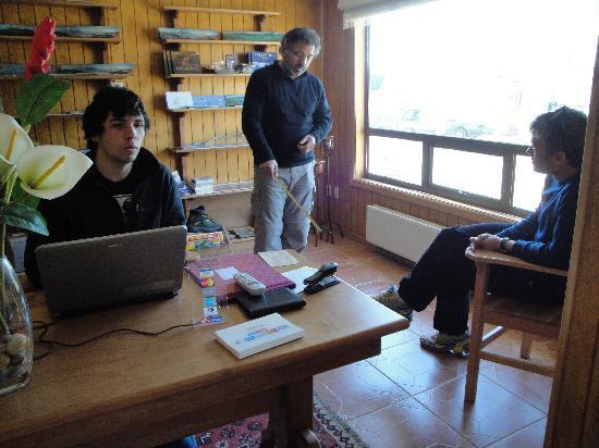 Keoken Patagonia Bed & Breakfast: Rodrigo explicandonos cosas