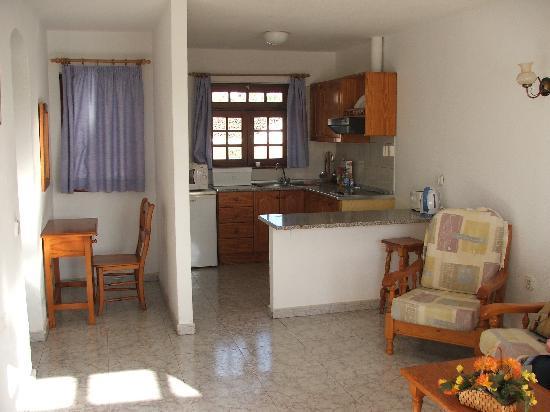 Doble Uve Bungalows: Kitchen/Living Room
