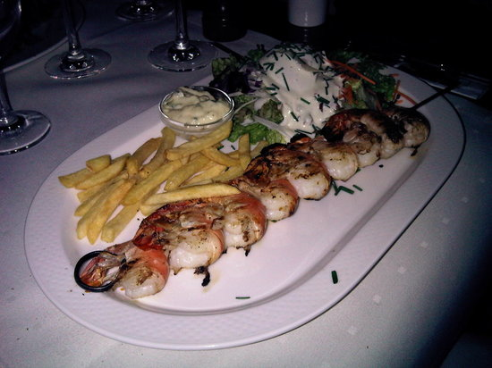 Au Petit Grand: my other halves, scampi and chips if u can believe it, she loved it....