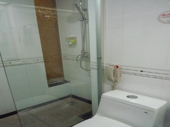 Hengbao Hotel: バスルームのシャワー室です。