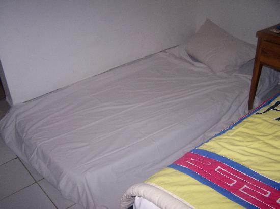 Hotel Puri Tanah Lot: Mattress on floor.....