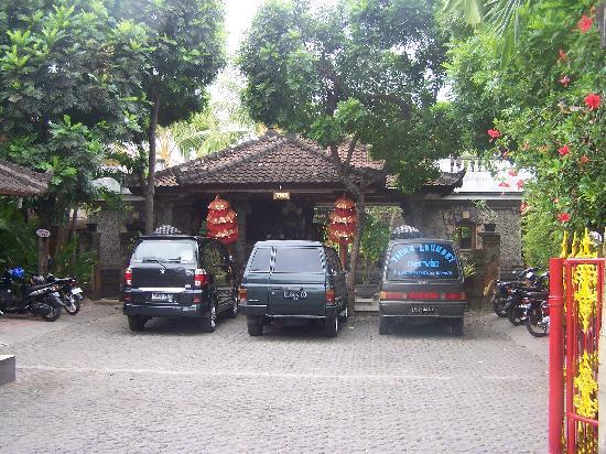 Hotel Puri Tanah Lot : Front of hotel