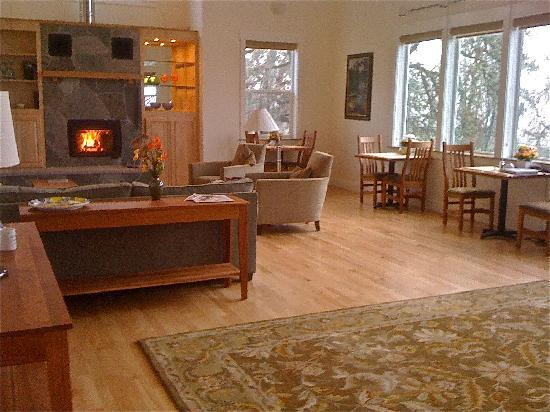 McKenzie Orchards Bed and Breakfast Inn : cozy and spacious lounge
