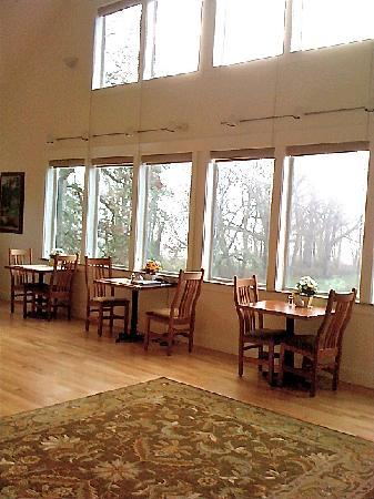‪‪McKenzie Orchards Bed and Breakfast Inn‬: breakfast tables by the window‬