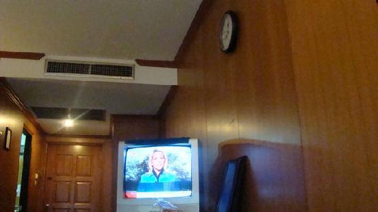 Dynasty Inn: TV in unit.