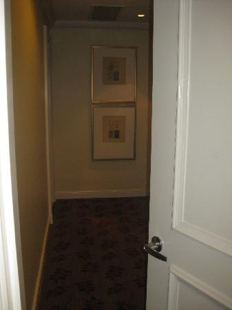 Ascott Makati: 2 bedroom hallway to master