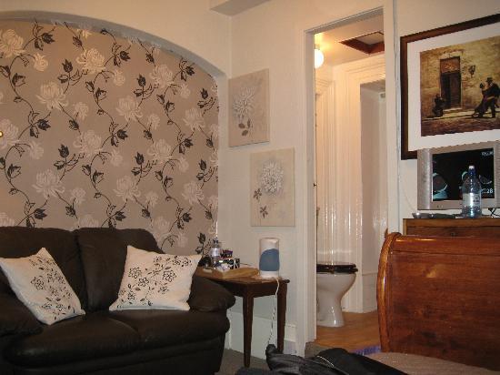 Castlebank Hotel: Seating area in bedroom