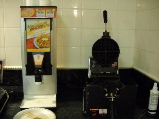 ลาควินต้า ลินน์วู้ด: breakfast corner -- waffle machine