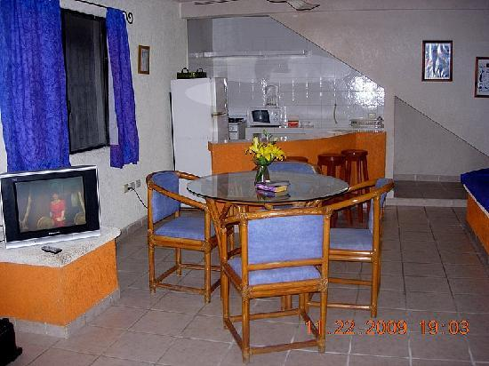 Hostelito Cozumel: Kitchen and Sitting Areas