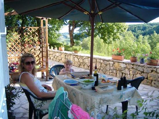 Cruzel : Lazy meal on sunny terrace