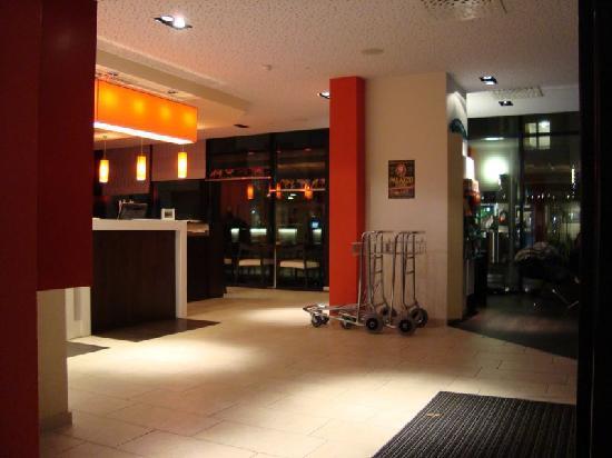 ibis Basel Bahnhof: Reception area
