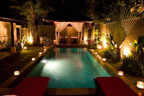 The Ulin Villas & Spa : View in the evening of our outdoor area.