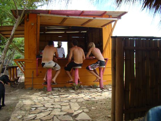 Buena Onda Beach Resort: Good times at the bar/restaurant