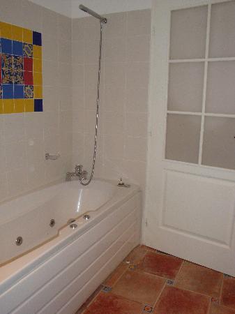 Logis A La Villa Boucicaut : tub and shower