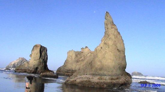 Sunset Oceanfront Lodging: neat rocks