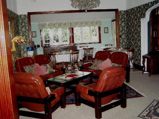 Greens of Leura Bed and Breakfast: Dining & Friendly Sitting Area
