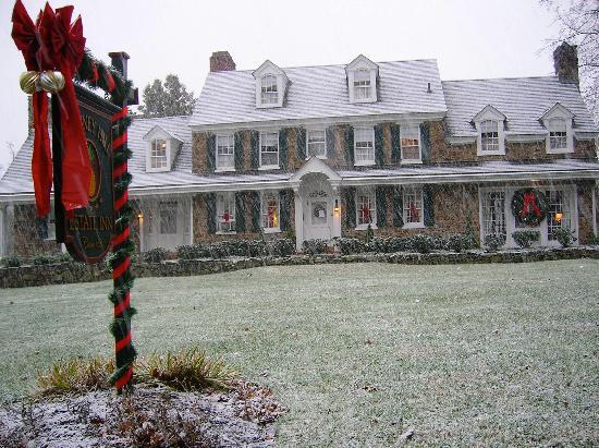 Chimney Hill Estate & Ol' Barn Inn : Front of Inn when started to Snow