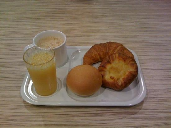 The Keio Presso Inn Kudanshita: This is everything the breakfast buffet has to offer (excluding tea)