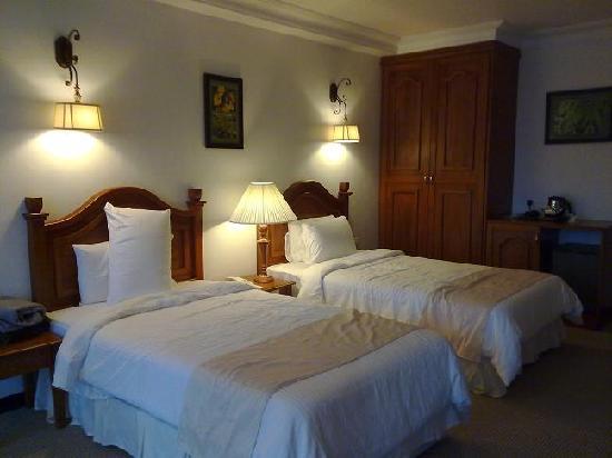 Hotel De' La Ferns: 1 of 2 rooms in the family suite
