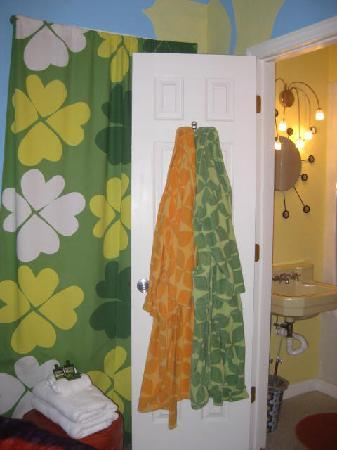 Beachside Boutique Inn: The 70's Room Bathroom