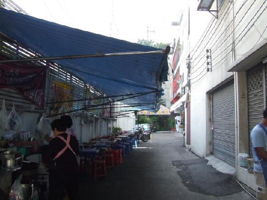 Baan Saladaeng Boutique Guesthouse: alley to the hotel