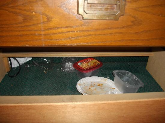 Econo Lodge Colonie Center Mall: garbadge on the floor inside the drawer.