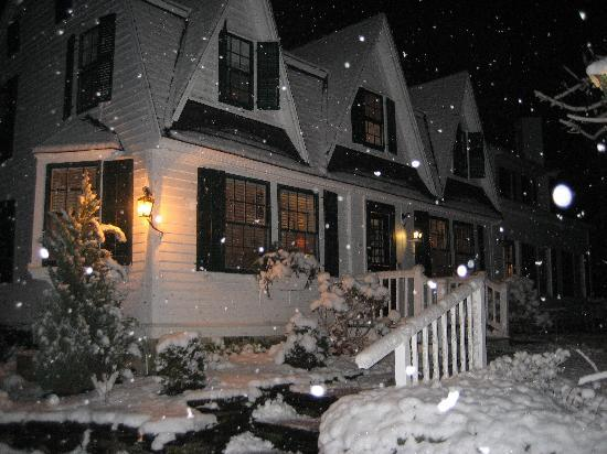 Garden Gables Inn: Garden Gables covered in snow