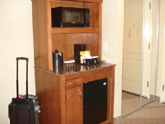 Hilton Garden Inn Atlanta West/Lithia Springs: Coffee maker, fridge, etc.
