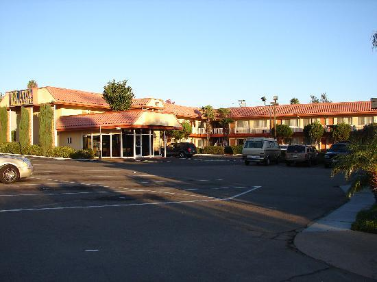 Relax Inn and Suites: Hotel & parking