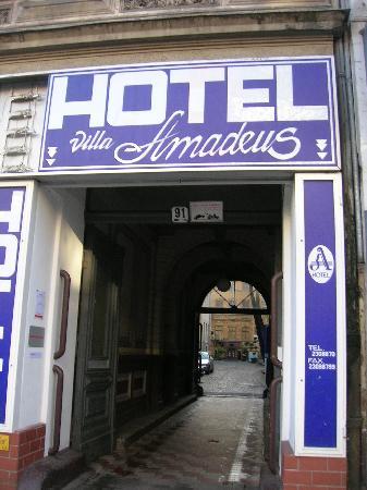 Villa Amadeus Hotel: L'ingresso sulla Potsdamer strasse