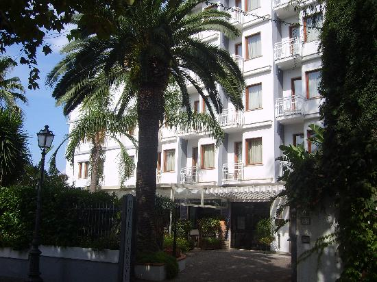Hotel Caravel Sorrento: The outside of the hotel