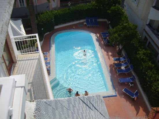 Hotel Caravel Sorrento: looking down onto the pool from the roof top