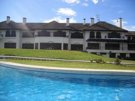 Fairmont Mount Kenya Safari Club: The pool at the Mount Kenya Safari club, nice!