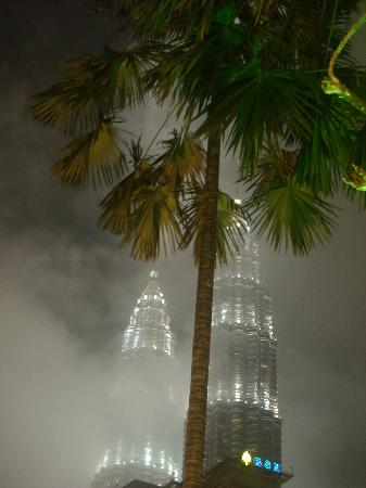 Ansa Kuala Lumpur: le torri avvolte da una nube