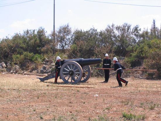 Калькара, Мальта: Disparo de un cañon de campaña de época Victoriana (1880)