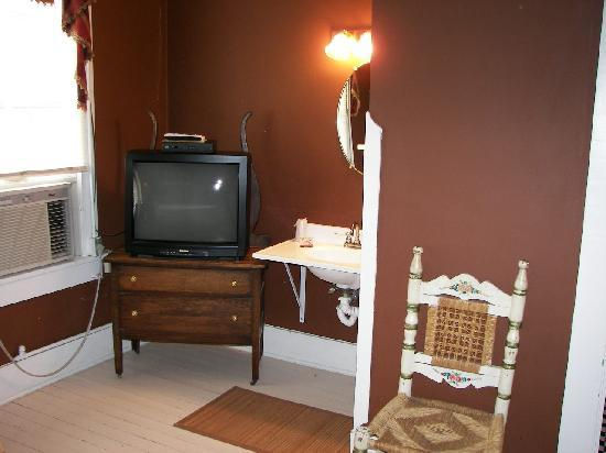 Historic Rocksprings Hotel: King Room TV and Lavatory Area