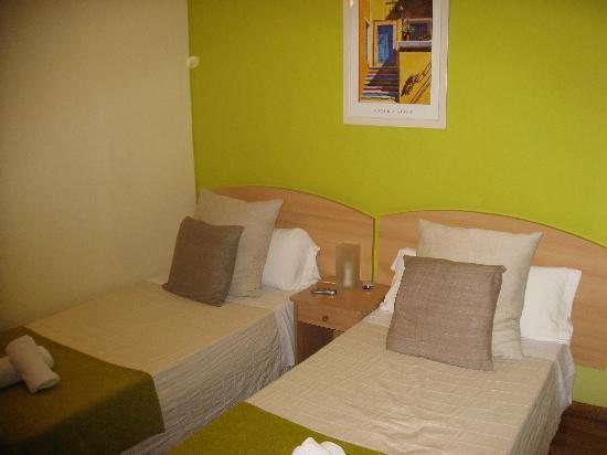 Petit Hotel: 2 bed bedroom