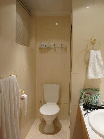 โรงแรมมิสมาอุดสวีดิช: bathroom at Miss Mauds