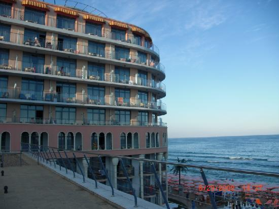 Azalia Hotel Balneo & SPA : Hotel von der Seite zum Meer