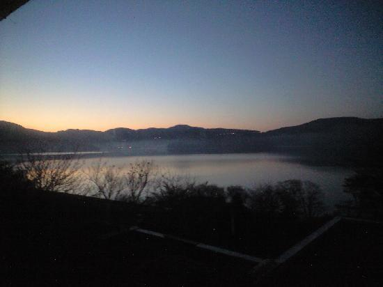 Hakone-en Lakeside Annex: 部屋から見た暁の芦ノ湖