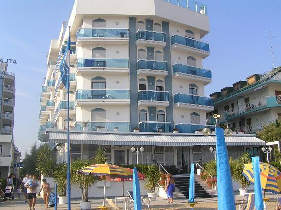 Hotel Atlantico: view of the hotel from the beach