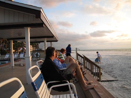 Palm Crest Resort Motel: Guests get ready to watch the sunset
