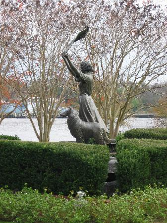 Holiday Inn Express Savannah-Historic District: The Waving Girl on River Street