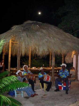 Colonial Tour and Travel: danser sur la plage