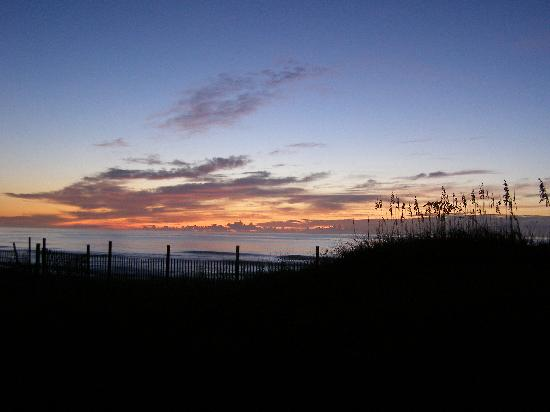 Lighthouse View Oceanfront Lodging: Sunrise from the wrap-around porch