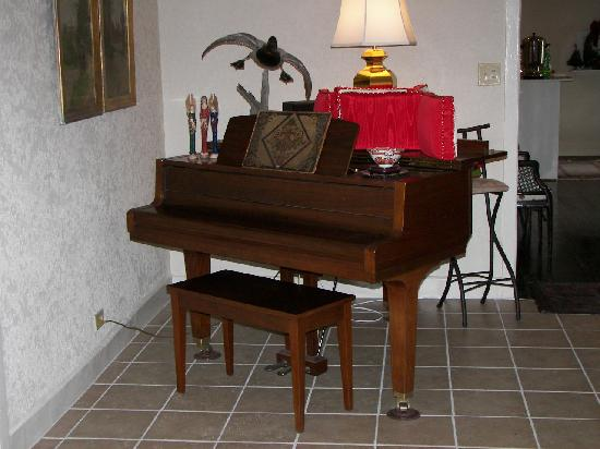 Historic Rocksprings Hotel: Antique piano