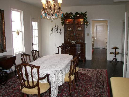 Historic Rocksprings Hotel: Antique dining room furniture